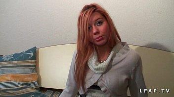 Jeune petite rousse demontee dans un plan a 3 interracial pour son casting porno