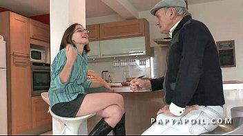 Papy baise une jeune et jolie brunette etudiante 6 min