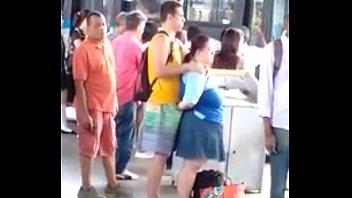 Gordinha safadinha bate uma pra namorado na fila do ônibus