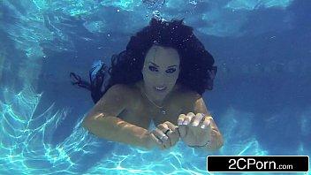 Stunning MILF Holly Halston Giving Amazing Underwater Blowjob