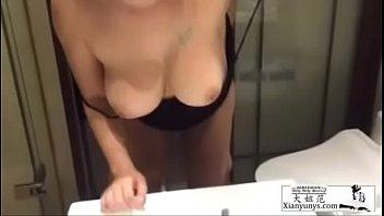 跟北京的一个外围女在卫生间打炮 她帮我拍摄 浪叫不断!