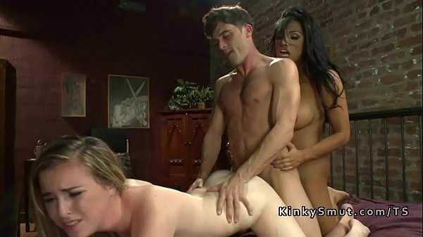Dude bangs babe while getting tranny