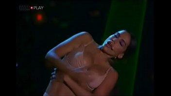 Cantora Anitta mostrando os peitos no prêmio Multishow
