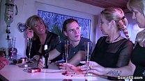 Drei geile MILFs schleppen Jungspund auf Party ab 10 min