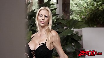 Smoking hot cougar Alexis Fawx gagging on y. meat
