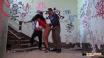 Valeria supplie ses copains de la baiser dans une baraque abandonnée
