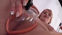 Bella modella bionda BBW casting con pussy pump