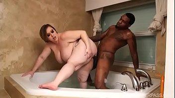 Busty BBW Bunny De La Cruz Fucks Black Cock in Tub