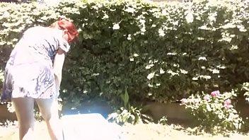 La tua mamma porca in giardino prende il sole con il suo grosso diaper pieno di piscia