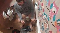 Lavándome el coño y mi marido cagando
