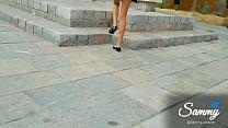Levantando mi falda en público y mostrando mi puchita con personas alrededor
