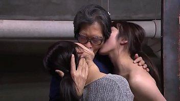 دختر دوقلو ژاپنی ناهار خردسال گره خورده است