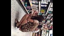 Hermosa chica en supermercado en tanga voyeur