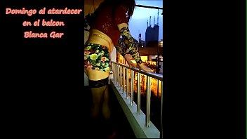 Un domingo al atardecer en mi balcon jodiendo a los vecinos fastidiosos - Blanca Gar