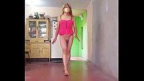 Exibiendo mi cuerpo femenino con vestidito rojo erotico sin calzoncito, mostrando mis piernas mis pies mis pantorrilas, mi cinturita para mis clientes que me miran calatita...