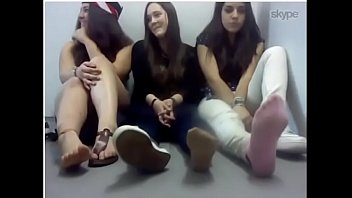 Chicas hermosas se quitan los tenis y calcetines por webcam (Parte1)