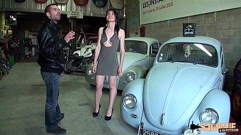 Lilas enculée en trio dans le garage de son mec