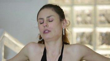 Negão arromba buceta branca na escada - Emme White & Capoeira