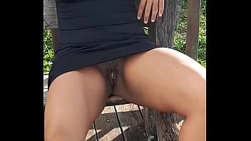 Safada gostosa se exibindo sem calcinha em público