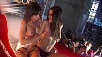 Dos chicas del público folladas por Carolina Abril