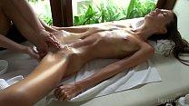 Massage très sensuelle entre lesbienne