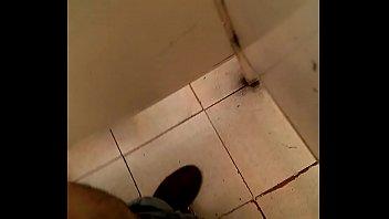 Espiando en el baño