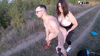 Публичный страпон секс возле дороги (Болтаем на русском)