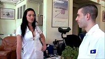Cette infirmière coquine sait comment détendre les médecins