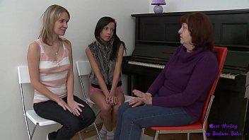 L'insegnate di pianoforte ha due allieve belle e sexy e anche molto disponibili