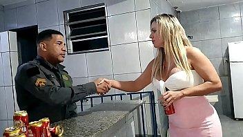 Policial flagra final de festinha na quarentena e para não serem presos o marido oferece a esposa gostosa pra uma sacanagem - Ines Ventura - Leo Ogro