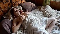 Pendant que les voisins baisent, elle se masturbe, jouit et les voisins entendent... 7 min