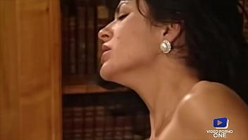 Deborah Wells baise un inconnu en le prenant pour quelqu'un d'autre