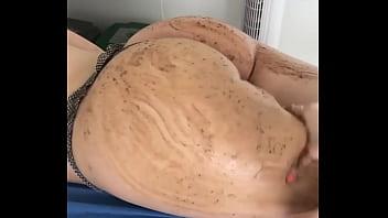 Grabando durante masaje con café en las nalgas de una clienta de 28 años en el spa.