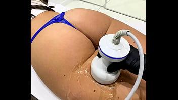 Sacando fotos y video de una clienta durante su sesión e masaje en el spa.