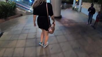 Sara Blonde caminando por el centro comercial en Bucaramanga con el lovense lush activado