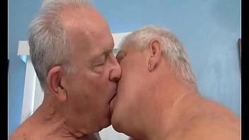 dois homens coroas se beijando na boca