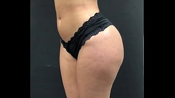 Grabando de cuerpo completo y en calzones a clienta del spa en base giratoria antes de su sesión de masaje.