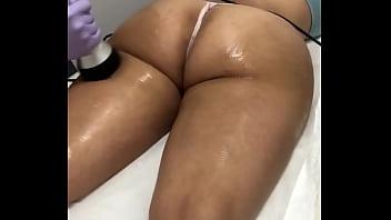 Masaje en las nalgas a misma clienta milf nalgona del tatuaje en el spa. Sesión 2