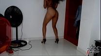 Mi vecina Venezolana me seduce con su hilo y tacones en su cuarto, me dice que le encanta que se la tiren en la cara. Diana Marquez - instagram : @2001xperience