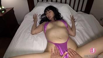 奇抜なビキニを着た巨乳美女がベッドで誘惑、僕は我慢できず挿れてしまった [bfaz 001]