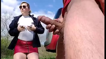 Dick flash, a young slut hidden behind the car takes it in her mouth !!