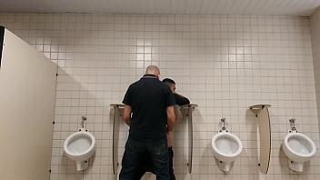 Homem casado come adolescente 18 anos no banheiro Público  - Conteúdo Exclusivo! WWW.GAROTOLUCAS.COM.BR