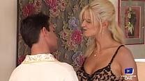 Alex, blonde nymphomane, ramène un jeune homme à grosse bite