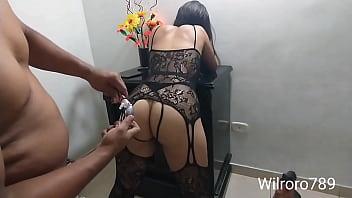 Llegue a casa a estrenarle el culo a mi novia con un plug que le compre