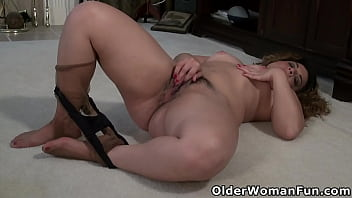 USA mature Vanessa puts fingers to work between her legs