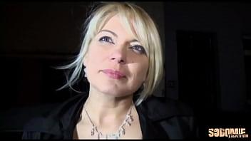 Sandrine, milf sexy, se fait défoncer par tous les trous en gangbang