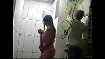 REAL - Esposa safada toma banho na frente dos pedreiros enquanto marido trabalha