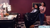 Hairdresser not aware of pussy eating