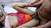 Hot Desi bhabi ke pati ke Bhai ne bhabi ko gher me Red saree me gand dehkh ker chudai ker dali