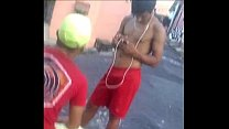 De pau duro no short de jogar bola